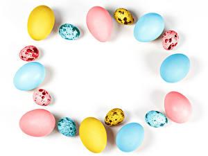Фото Пасха Белом фоне Яйцо Разноцветные Шаблон поздравительной открытки Пища
