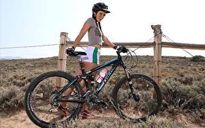 Фотография Elena Generi Велосипед Шлем Футболке Шорты Улыбка Коса Девушки