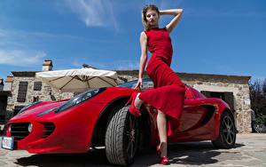 Обои Красная Позирует Платье Рука Ноги Туфли Elisa Pagano молодая женщина Автомобили Знаменитости