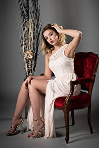 Фотографии Блондинка Стул Сидя Платья Ноги Смотрят Позирует Ella девушка