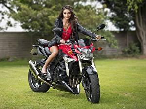 Обои для рабочего стола Куртка Платье Смотрит Модель Elle молодые женщины Мотоциклы