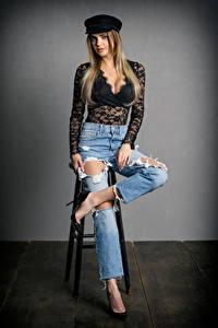 Фотография Поза Джинсы Блузка Вырез на платье Кепкой Взгляд Elli молодые женщины