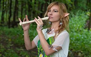 Картинка Эльфы Бабочки Рука Размытый фон Косплей Flute молодые женщины