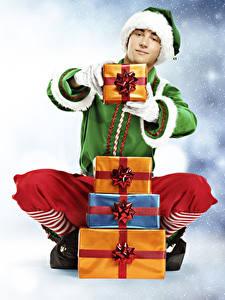 Картинка Эльфы Рождество Мужчины Униформа Подарки