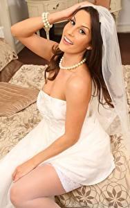 Фотография Emily Jane Williams Ожерельем Невеста Сидящие Взгляд Рука Улыбка Платье молодая женщина