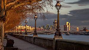 Картинки Англия Реки Мост Лондоне Уличные фонари Забором Chelsea Bridge River Thames город
