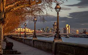 Картинки Англия Реки Мосты Лондоне Уличные фонари Забором Chelsea Bridge River Thames