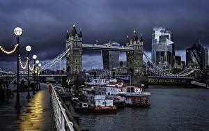 Обои для рабочего стола Англия Реки Мосты Речные суда Вечер Лондон Набережной Уличные фонари Тучи Города
