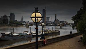 Обои для рабочего стола Англия Речка Речные суда Вечер Лондон Уличные фонари Набережной Thames город