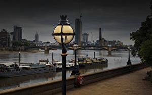 Фотографии Англия Речка Речные суда Вечер Лондон Уличные фонари Набережной Thames