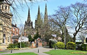 Фото Англия Храмы Собор Ворота Деревья Lichfield Cathedral