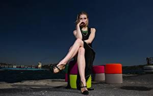 Фотография Вечер Шатенка Сидя Платья Рука Ноги Туфель молодые женщины