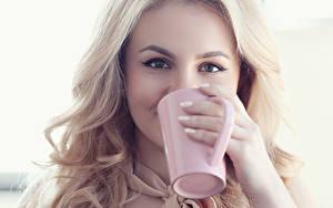 Картинки Глаза Блондинка Смотрит Чашка Руки