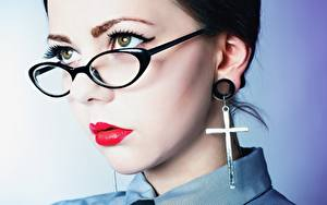 Обои для рабочего стола Лица Смотрит Очков Красными губами Серег Креста Мейкап девушка