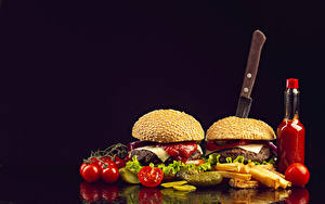 Картинка Быстрое питание Гамбургер Булочки Томаты Картофель фри Ножик На черном фоне Бутылки
