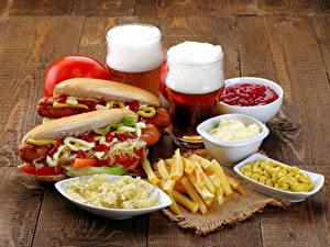Картинки Быстрое питание Хот-дог Пиво Картофель фри Кружки Кетчуп Вдвоем