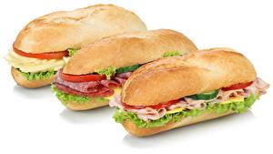 Обои Быстрое питание Сэндвич Колбаса Овощи Белом фоне Трое 3 Еда