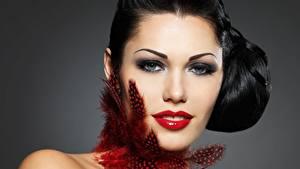 Обои для рабочего стола Перья Серый фон Брюнетка Смотрят Красные губы Косметика на лице Лица молодые женщины
