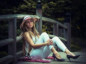 Картинка Забора Русых Шляпа Сидящие Руки Ноги Туфли молодая женщина