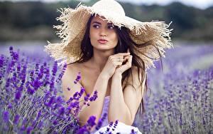 Фотография Поля Шляпа Руки Смотрят Размытый фон молодые женщины