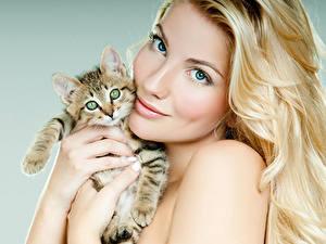 Картинка Пальцы Блондинки Взгляд Котята Лицо Красивые Милые молодая женщина