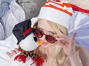 Картинки Пальцы Блондинка Шапки Очки Смотрит Снеговики