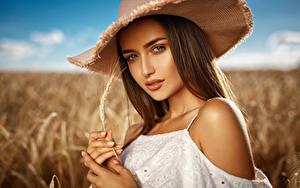 Фотографии Пальцы Шатенка Шляпа Колос Взгляд Красивые Девушки