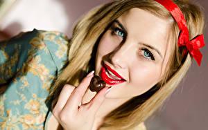 Картинки Пальцы Шоколад Блондинка Сердечко Красные губы Лицо Девушки