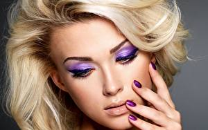 Фотография Пальцы Крупным планом Лицо Блондинка Маникюра Макияж молодые женщины