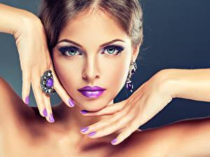 Картинка Пальцы Лицо Макияж Маникюр Кольцо Красивые Девушки