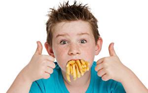Картинка Пальцы Картофель фри Белом фоне Мальчик Взгляд Дети