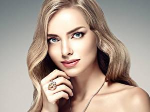 Обои Пальцы Серый фон Блондинка Лицо Кольцо Смотрит Красивые Русые Девушки