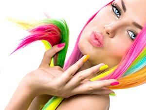 Обои Пальцы Губы Рука Маникюра Белым фоном Разноцветные Лица Девушки
