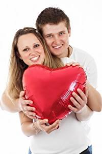 Обои Пальцы Мужчины Влюбленные пары Белый фон 2 Сердечко Руки Улыбается Объятие Девушки