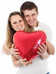 Обои Пальцы Мужчины Влюбленные пары Белый фон 2 Сердечко Руки Улыбка Объятие Девушки