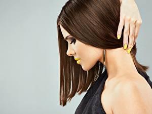 Обои Пальцы Модель Сбоку Мейкап Волосы Маникюра Причёска молодые женщины