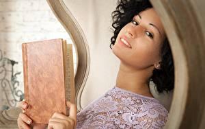 Картинка Пальцы Pammie Lee Lubachka Брюнетка Взгляд Улыбка Книга Девушки