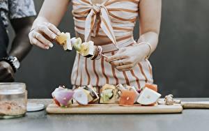 Фото Пальцы Шашлык Разделочной доске Рука Нарезка Пища