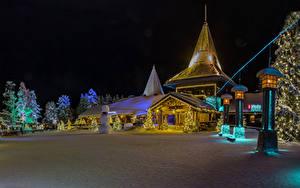 Обои Финляндия Лапландия область Новый год Дома Зимние Ночные Елка Гирлянда Снегу Снеговики Уличные фонари Saariselka