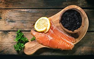 Картинка Рыба Икра Лимоны Лососи Доски Пища