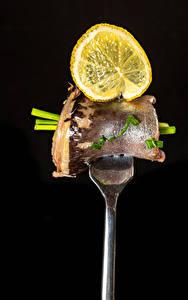Обои Рыба Лимоны Черный фон Вилка столовая Пища