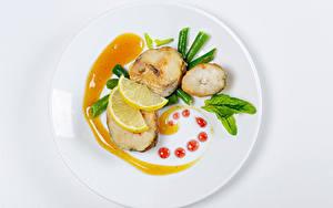 Фотографии Рыба Лимоны Овощи Белом фоне Тарелке Дизайна Пища