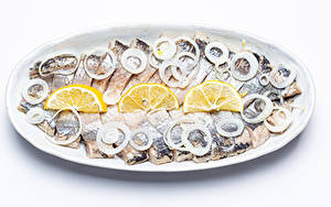Фото Рыба Лук репчатый Лимоны Белый фон Тарелке Нарезка Продукты питания