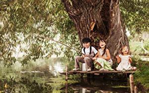 Фото Рыбалка Трое 3 Мальчики Девочки Счастье Ствол дерева Дети