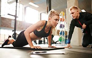 Обои Фитнес Тренер Отжимается Физическое упражнение Девушки