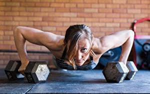 Фотография Фитнес Гантелей Рука Отжимается Тренируется Планка упражнение push-ups Спорт Девушки