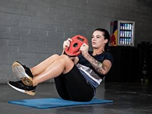 Фотографии Фитнес Тренировка Ноги Подошва обуви Рука Татуировки ABS спортивная Девушки