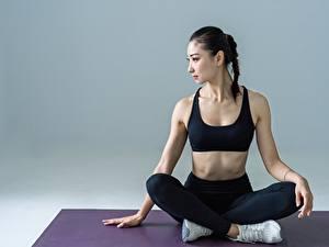 Обои Фитнес Азиатка Брюнетка Сидит Йога молодая женщина