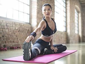 Фото Фитнес Азиатка Растяжка упражнение Униформа Сидит Руки Ног спортивный Девушки