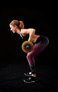 Обои Фитнес На черном фоне Шатенки Улыбается Тренируется Штангой Девушки